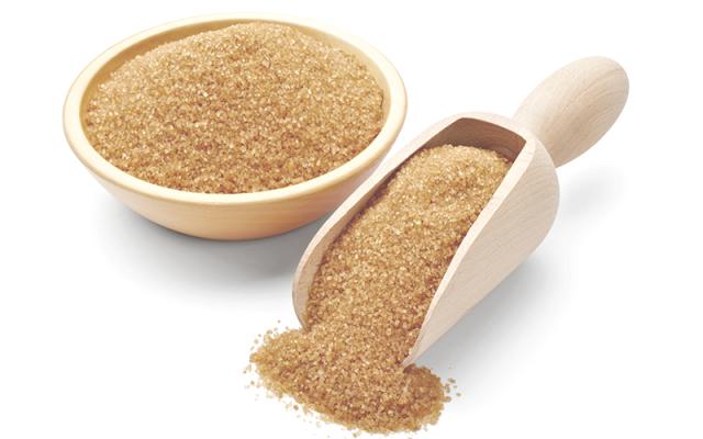 Caracteristicamente falando, está entre o açúcar mascavo e o açúcar refinado. Portanto pode ser substituído pelo açúcar cristal. Ele passa por um refinamento leve e não recebe aditivos químicos como o açúcar branco refinado, o qual é claro, dissolve facilmente, não altera a cor, nem dá gosto de caldo de cana aos alimentos. Embora seja prejudicial à saúde assim como os outros açúcares ele é o mais saudável da família de açúcares.