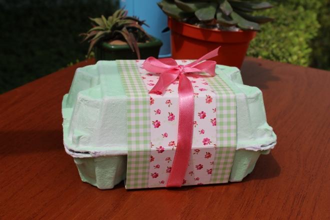 Caixinha de ovos decorada.  Pode ser encontrada em lojas de artigos para festas.