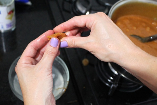 Foto de caramelo sendo testado