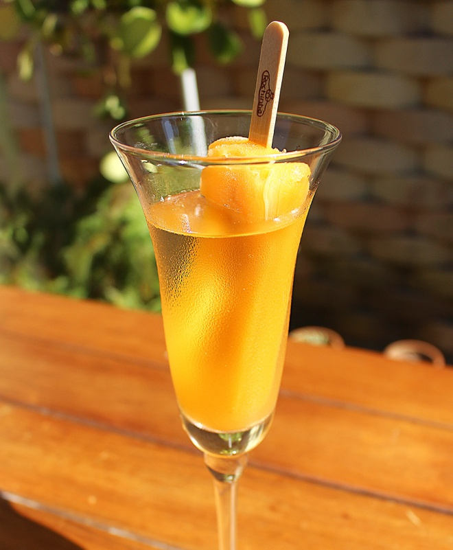 foto de close na taça de espumante com picolé de tangerina