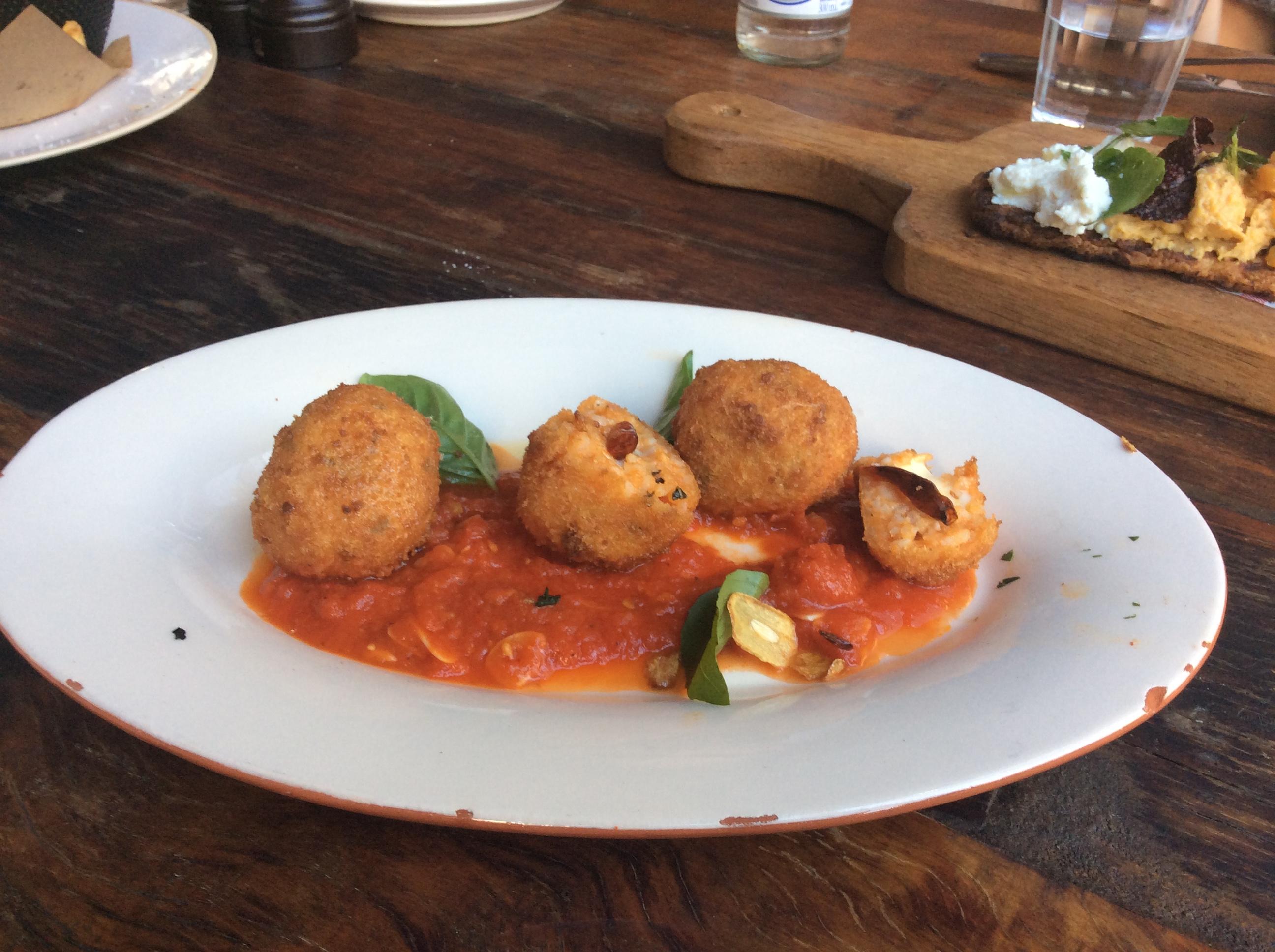 Bolinho de risoto de tomate, mussarela de búfala e molho arrabiata