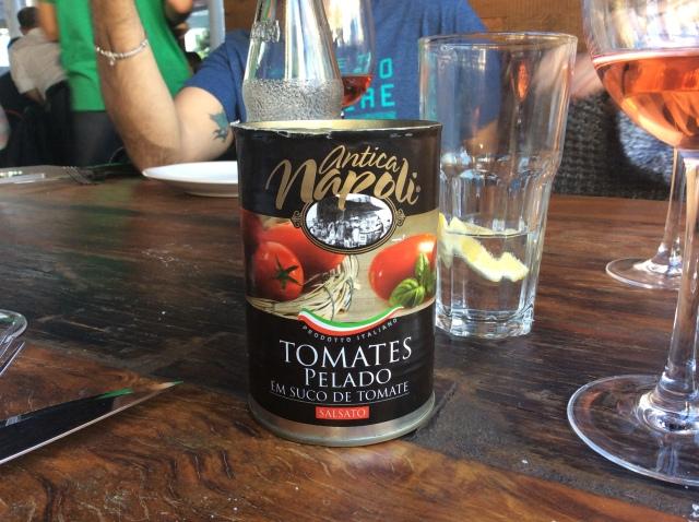 Dos detalhes simples: as latas de tomate servem como apoio para a tábua das costeletas de cordeiro