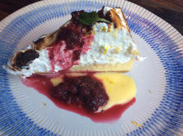 Cheesecake de limão siciliano com aveludado mascarpone e merengue italiano - servido com lemon curd e calda de amoras