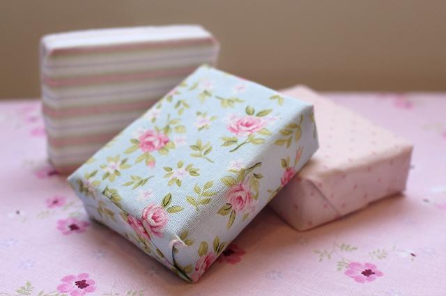 Foto de sabonetes para presentear encapados com tecido